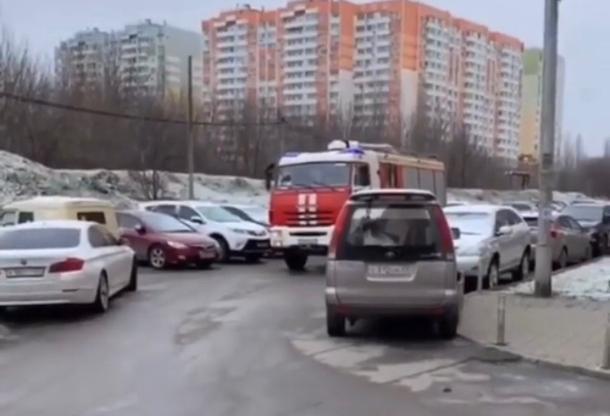 В Краснодаре пожарная машина не смогла проехать к дому из-за стихийной парковки