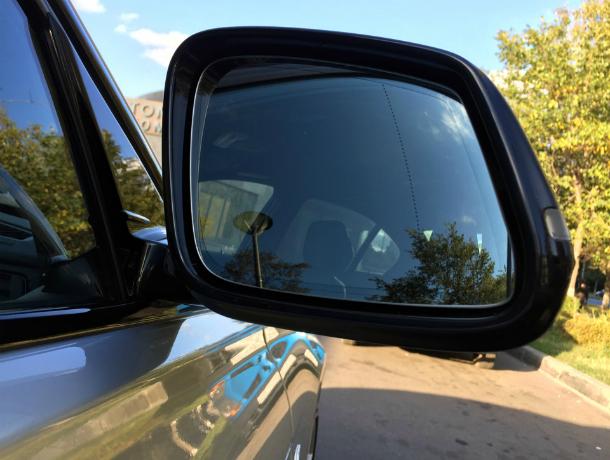 ВКраснодаре мужчина снимал зеркала бокового обзора с БМВ иMercedes