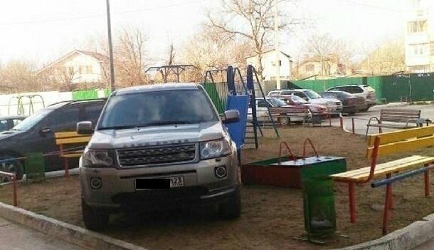 В Краснодаре Land Rover въехал в детскую площадку