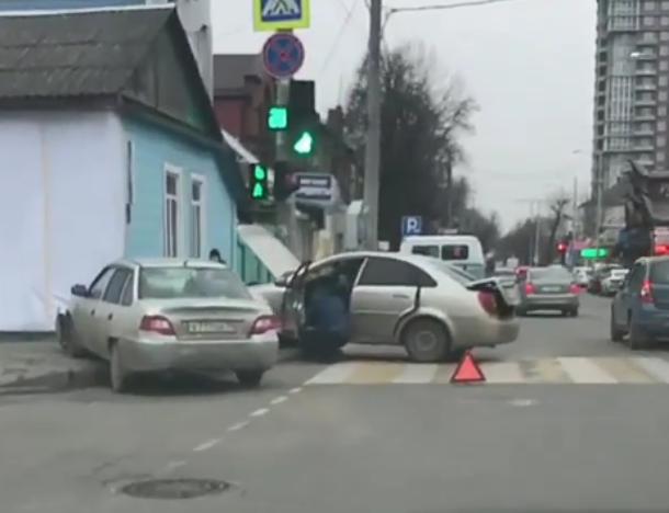 «Я бы съехал»: Машины снова протаранили дом в Краснодаре