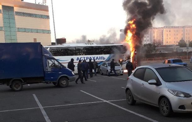 Сгоревший в Краснодаре автобус из Астрахани попал на видео