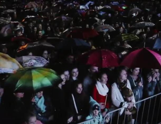 Брызги салюта сквозь капли дождя: видео праздничного салюта в Краснодаре 9 мая
