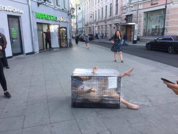 Обнаженная художница из Краснодара закрыла себя в клетке в центре Москвы