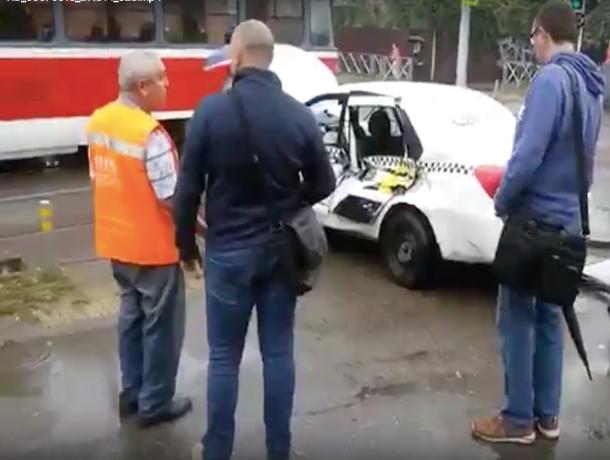В Краснодаре столкнулись трамвай и такси