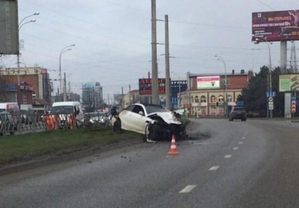 Иномарка на огромной скорости пробила ограждения в Краснодаре