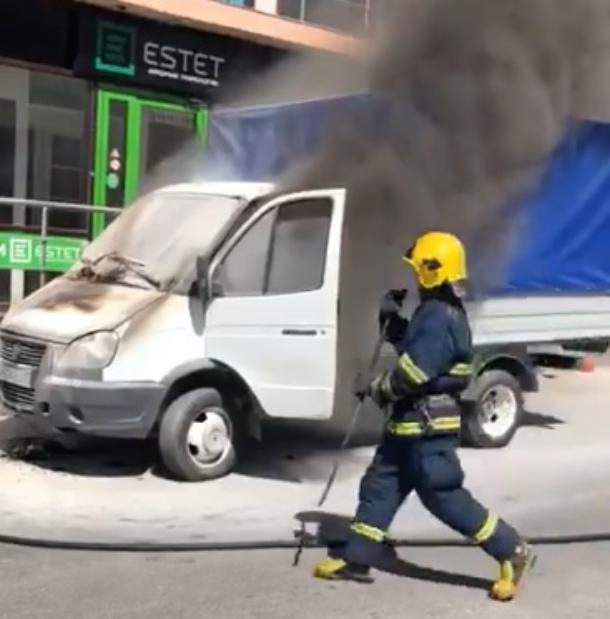 Очевидцы с первых секунд снимали на видео тушение «ГАЗели» в Геленджике