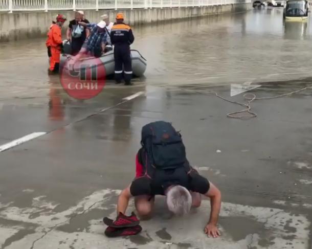 После сильного ливня в Сочи утонул автобус