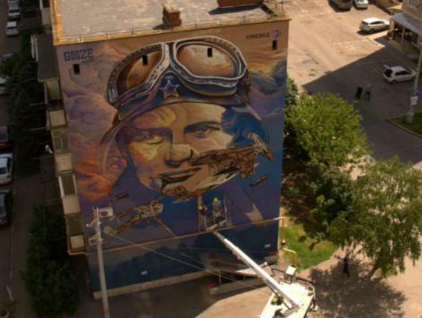 В честь Дня Победы в Краснодаре на многоэтажке нарисовали портрет советской летчицы