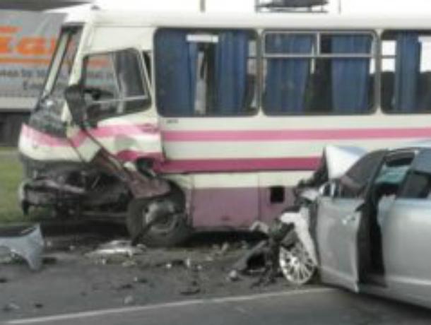 На Кубани автобус врезался в иномарку, погиб ребенок