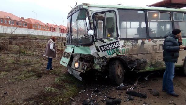 Пассажирский автобус и иномарка столкнулись в Краснодаре