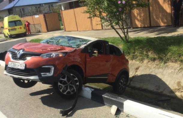 Infiniti снесла в кювет Renault в Адлерском районе