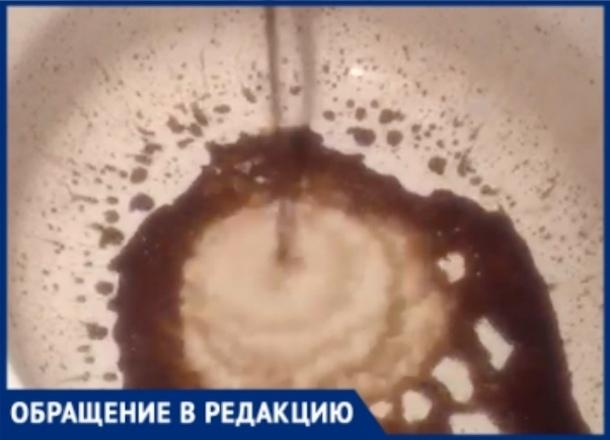 «Стирать удается через раз», - «шоколадная» вода льется из кранов у жителей КМР