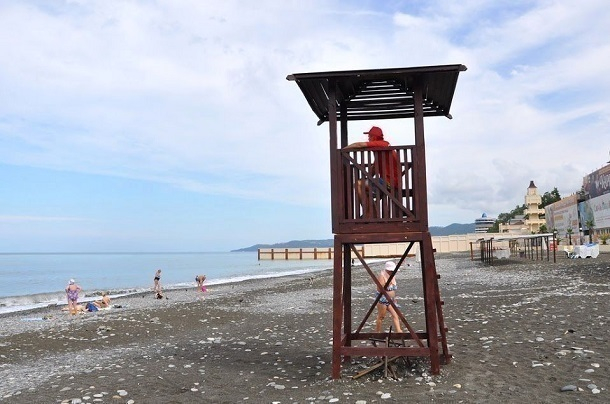Больше 3 тысяч сочинцев потребовали освободить пляж от чиновников