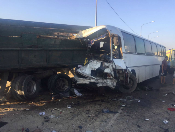 НаКубани автобус сдетьми попал в чудовищное ДТП: четверо погибли