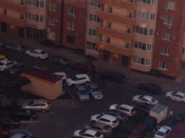 Содворов краснодарских многоэтажек начали эвакуировать неправильно припаркованные автомобили