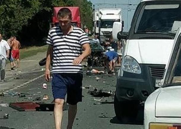 Два грузовика раздавили легковой автомобиль в Краснодарском крае