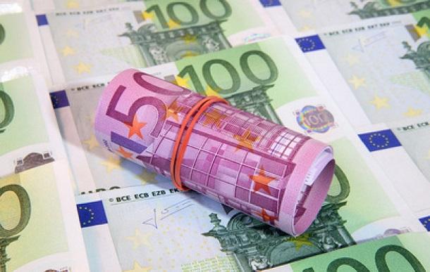 За счет чего меняется курс евро?