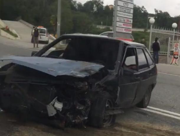 В Сочи жесткое ДТП попало на видео: «девятка» на полной скорости врезалась в «Ниссан»