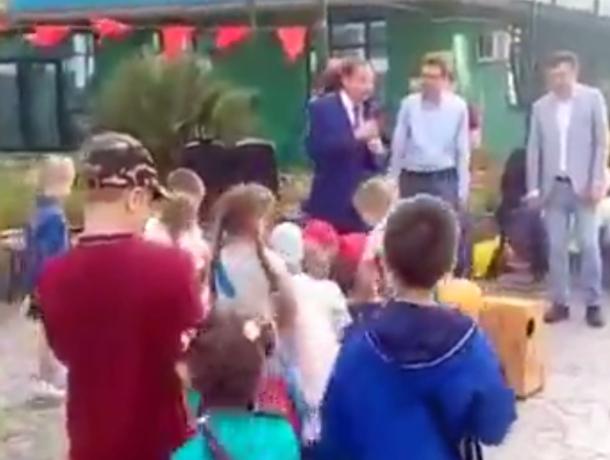 Сочинцы возмущены поведением главы города, бросившего подарки для детей наземлю