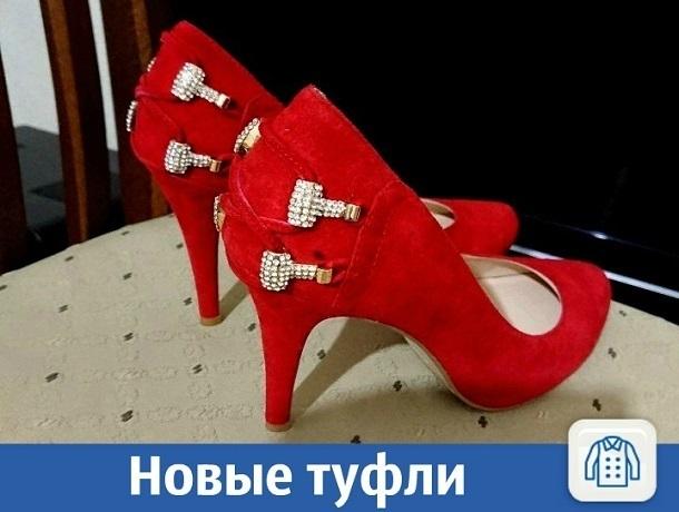 Новые красные туфли продаются в Краснодаре