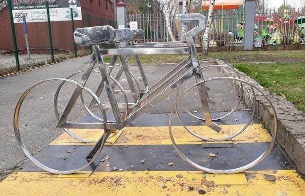 В Краснодаре иномарка снесла парней на велосипеде