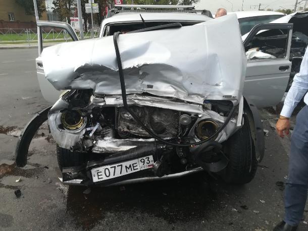 «Нива» и «ТаГАЗ Тайгер» не поделили перекресток в Краснодаре