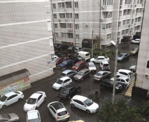 Во дворах Краснодара образовались пробки