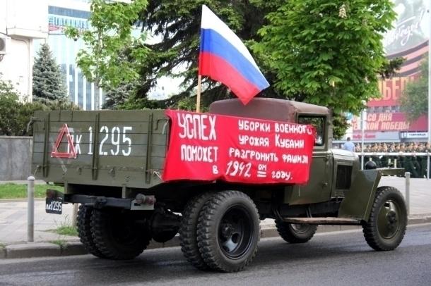 Краснодарцы озадачены «неграмотным» грузовиком на репетиции парада