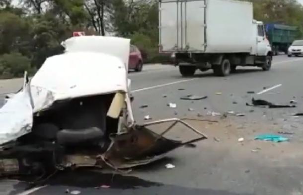 Отудара вГАЗель легковую машину разорвало начасти