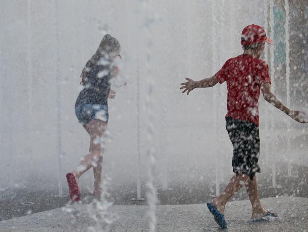 В Краснодаре попали в больницу трое детей, купавшихся в фонтане