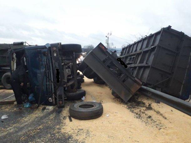 ВКрымском районе при опрокидывании КАМАЗА пострадал шофёр