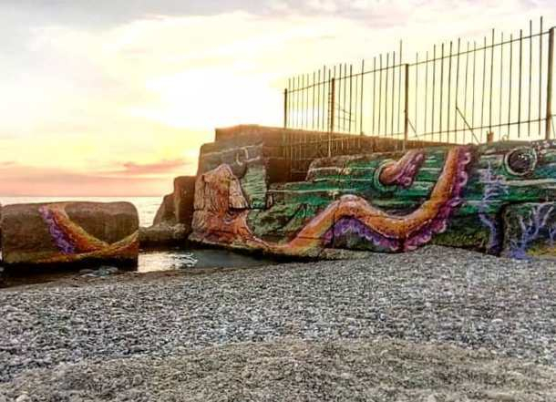 Схватку осьминога с кораблем в Сочи запечатлели художники из Краснодара