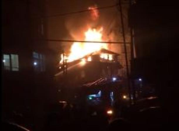 В Сочи горящий дом сняли на видео, есть пострадавшая