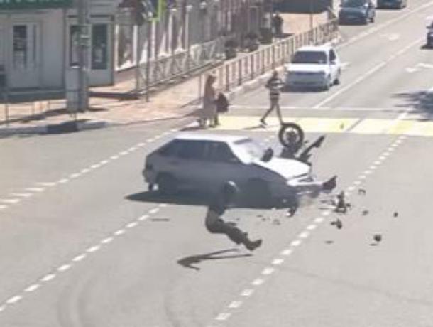 Мотоциклист перелетел через машину, пытаясь «проскочить» на красный свет в Сочи