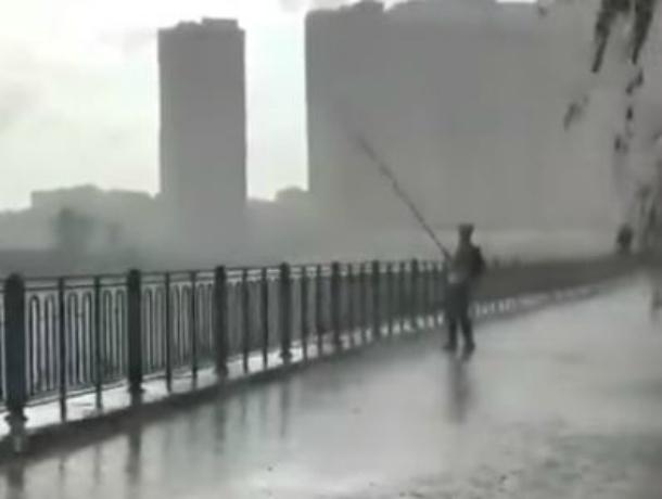 «Отчаянного» рыбака из Краснодара, ловящего рыбу в шторм, сняли на видео