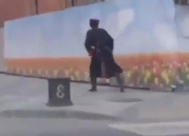 Чересчур загулявшего казака в форме сняли на видео в Краснодаре