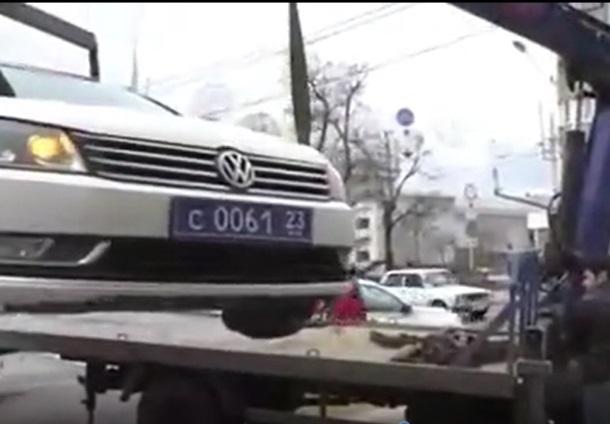 Патрульный автомобиль ДПС эвакуировали за нарушение правил парковки