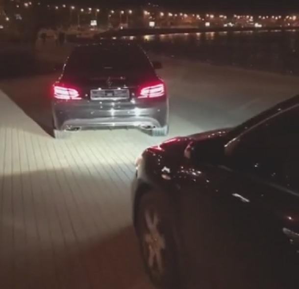 Мажоры на статусных авто без номеров прокатились по пешеходной зоне Кубанской набережной
