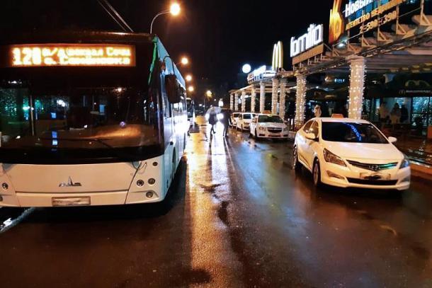 Таксист сбил 12-летнюю девочку в Сочи
