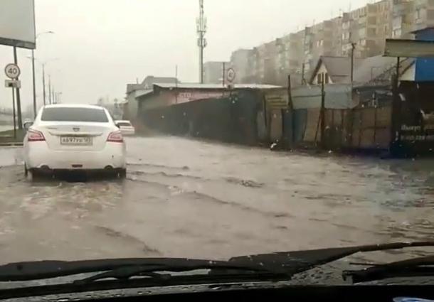 В Краснодаре из-за снегопада под воду ушла улица Уральская