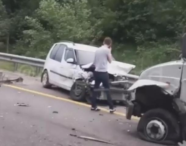 Водитель и пассажир мотоцикла пострадали в массовой аварии на Кубани
