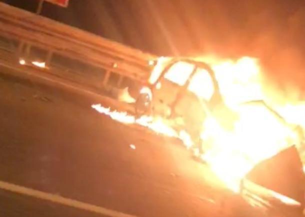 Под Краснодаром после столкновения с отбойником загорелась машина