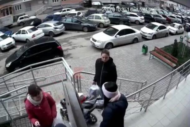 Хулиганами, сбросившими кирпич из окна многоэтажки на прохожих, занялась полиция Краснодара