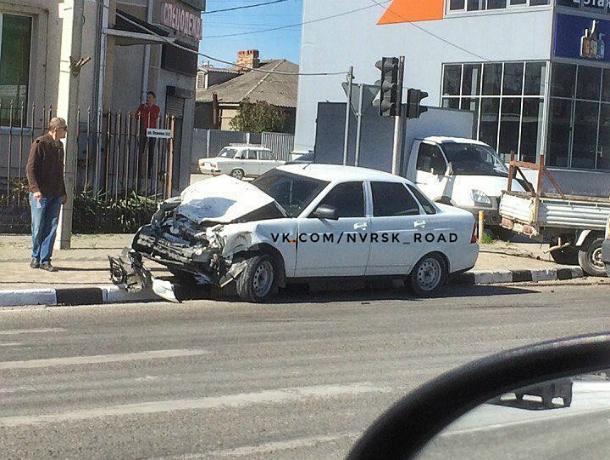 Лихач на тонированной «приоре» разбил машину вдребезги при столкновении с большегрузом в Новороссийске
