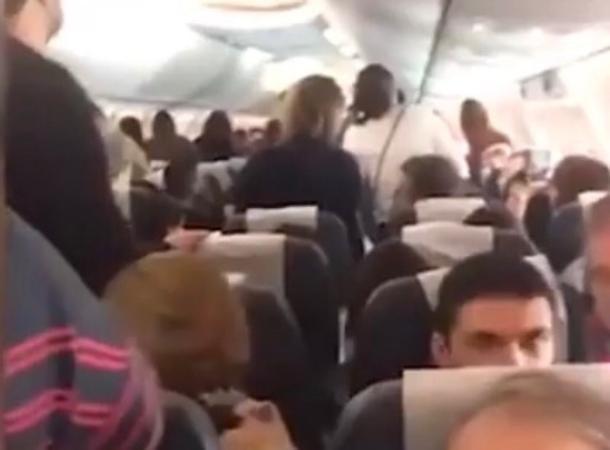 В Сочи экстренно сел самолет после нападения пассажира на стюардессу