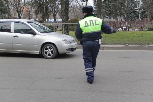 В Краснодаре пьяный водитель протащил на капоте инспектора ДПС