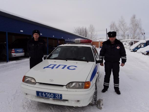 НаКубани полицейские спасли пожилую пару, упавшую вмашине вреку