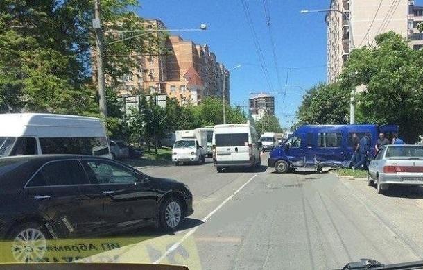 Иностранная машина врезалась вмаршрутку вНовороссийске: госпитализирован пассажир