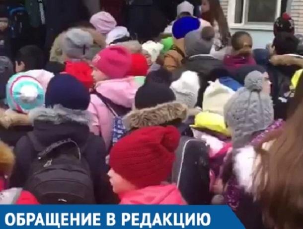 Давка на входе в краснодарскую школу попала на видео
