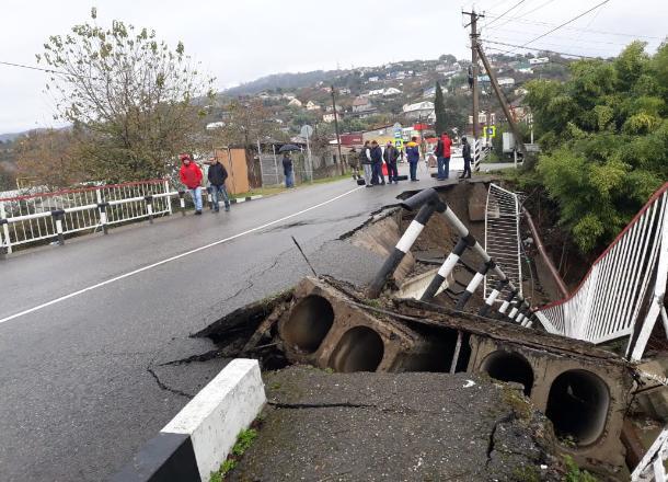 В Сочи из-за подтопления обрушился автомобильный мост